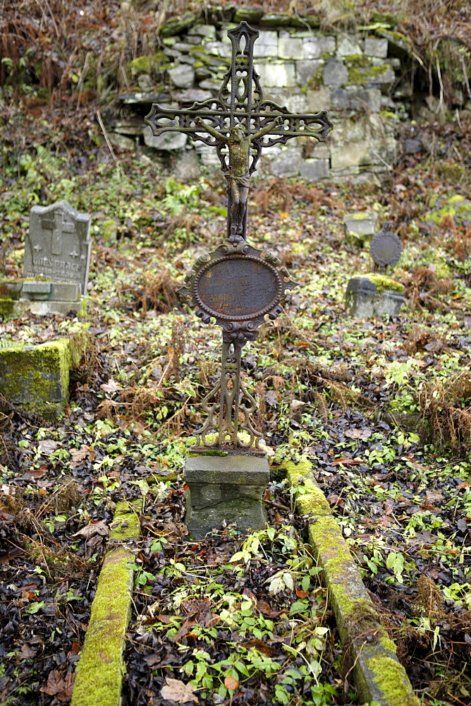 Cross on a grave, abandoned cemetery, Joachimsthal, West Bohemia, Czech Republic, Europe
