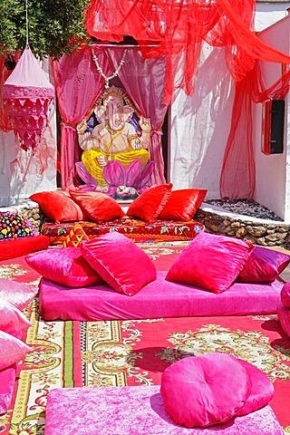 Red, colourful blankets, towels, pillows, fabrics, cushions, Las Dalias hippy market, Sant Carles de Peralta, San Carlos, Ibiza, Pityuses, Balearic Islands, Spain, Europe