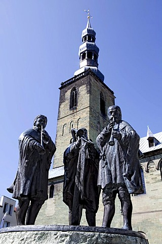 Bronze group of figures, two flute players and a trombonist, Aldegreverbrunnen Fountain, the wedding dancers, 1989, by Kord Winter, in front of the St. Petri Church, Soest, North Rhine-Westphalia, Germany, Europe
