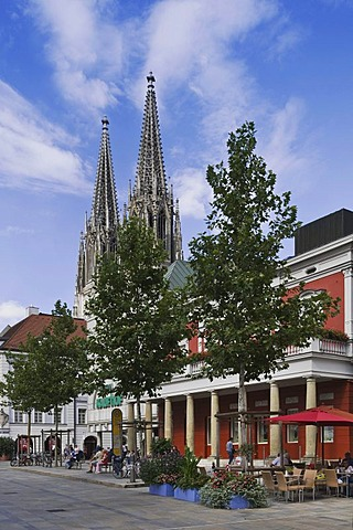 View of the Regensburg Cathedral of St. Peter, in front the Alte Wache the Old Guard, old town, Unesco World Heritage Site, Regensburg, Upper Palatinate, Bavaria, Germany, Europe