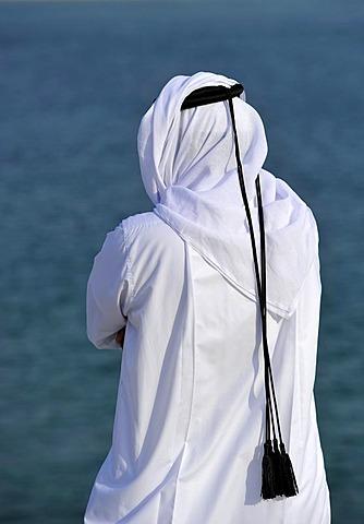 Qatari in traditional clothing with gutra, in front of Khor Al Udeid Beach, Khor El Deid, Inland Sea, desert miracle of Qatar, Emirate of Qatar, Persian Gulf, Middle East, Asia