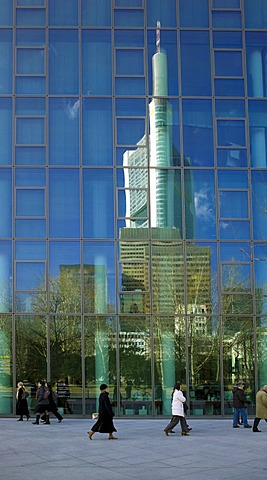 Skyline of Frankfurt, with businesspeople reflected in the high-rise facade of Commerzbank AG Dresdner Bank, Frankfurt, Hesse, Germany, Europe