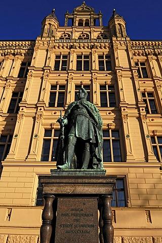 Statue of Grand Duke Paul Friedrich, 1800-1842, in front of Schwerin Castle, Schloss Schwerin, Lennestrasse 1, Schwerin, Mecklenburg-Western Pomerania, Germany, Europe