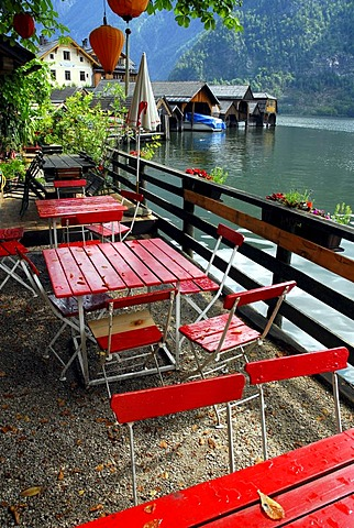 Cafe terrace at the Hallstaetter See, Lake Hallstatt, Hallstatt, UNESCO World Heritage Site, Salzkammergut, Alps, Upper Austria, Europe