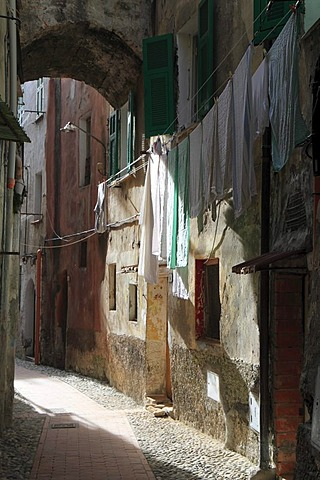 Alley with an archway and laundry hanging to dry, historic town centre of Ventimiglia, province of Imperia, Liguria region, Riviera dei Fiori, Mediterranean Sea, Italy, Europe