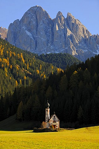 St. Johann church in front of the Odle massif, Ranui, Valle di Funes valley, Dolomites, South Tyrol, Italy, Europe