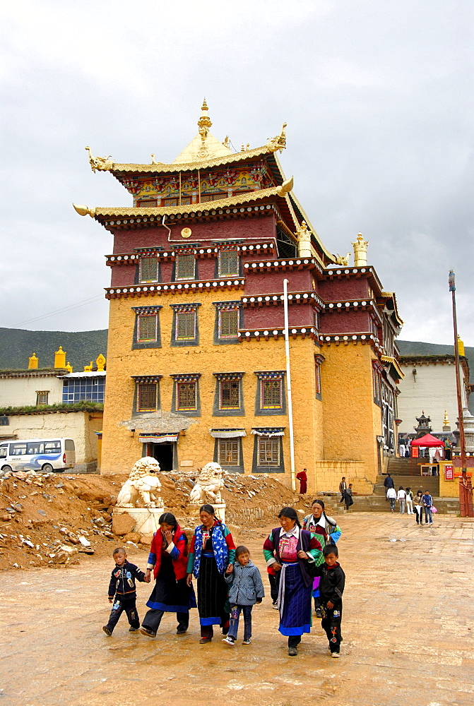 Tibetan Buddhism, Tibetans in front of temple, Monastery Ganden Sumtseling Gompa, Zhongdian, Shangri-La, Yunnan Province, People's Republic of China, Asia
