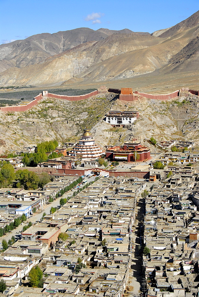 Tibetan Buddhism, Pelkor Choede Monastery with a Kumbum stupa behind the historic centre, Balkor Monastery, Gyantse, Himalayas, Tibet Autonomous Region, People's Republic of China, Asia