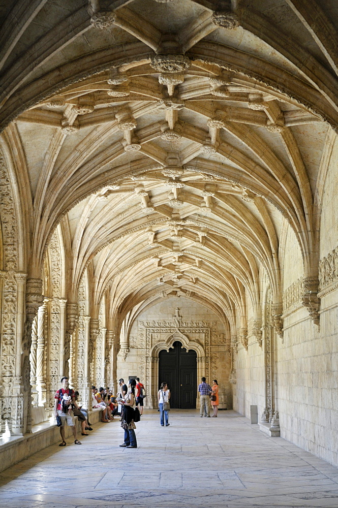 Cloister in the enclosure, Claustro, of the Hieronymites Monastery, Mosteiro dos Jeronimos, UNESCO World Heritage Site, Manueline style, Portuguese late-Gothic, Belem, Lisbon, Portugal, Europe