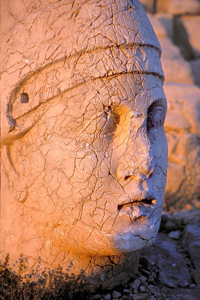 Statue of Antiochus at the summit of Mt. Nemrut Dag, Diabakyr, Anatolia, Turkey