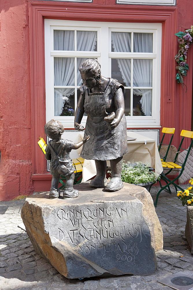 Restaurant with bronze figures in the street Unteren Markt-Strasse, Boppard, Rhein-Hunsrueck-Kreis district, Rhineland-Palatinate, Germany, Europe
