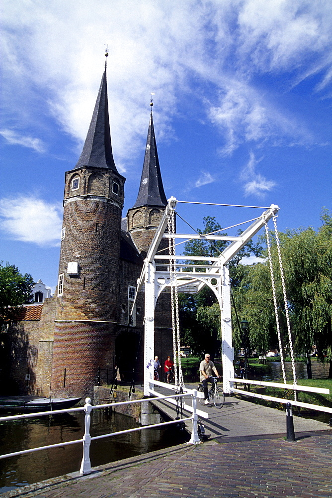 Drawbridge and Oostpoort, a medieval town gate in the east of the city of Delft, province of South Holland, Zuid-Holland, Netherlands, Benelux, Europe