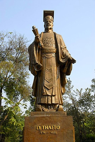 Bronze statue of Emperor Ly Thai To, Hanoi, Vietnam, Southeast Asia, Asia