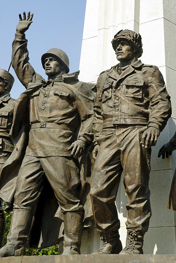 Sculptures of Russian and American soldiers, monument to the participants of the Antihitlerite coalition, Poklonnaya Hill, Moscow, Russia