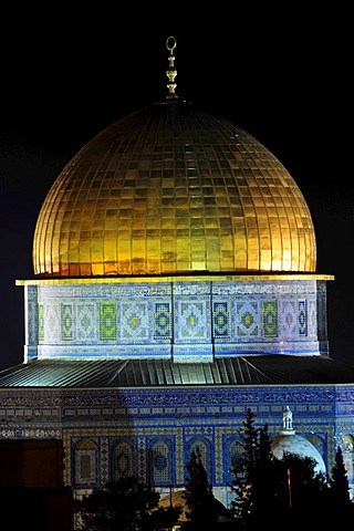 Golden cupola of the Dome of the Rock in the night, Qubbet es-Sakhra, on the temple mountain, Jerusalem, Israel, Near East, Orient