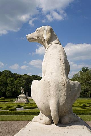 """Sculpture dog, Nordkirchen Castle, known as the """"Westphalian Versailles"""", builder archbishop of Plettenburg, beginning of the 18th century to the plans of Gottfried Laurenz Pictorius and his successor Johann Conrad Schlaun, Nordkirchen, Muensterland, Nort"""