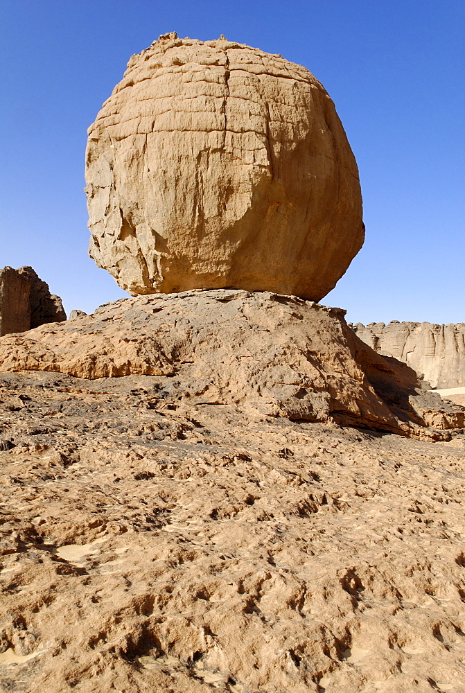 Eroded rock formation, round boulder balanced on a rock base in Tin Akachaker, Tassili du Hoggar, Wilaya Tamanrasset, Algeria, Sahara, North Africa