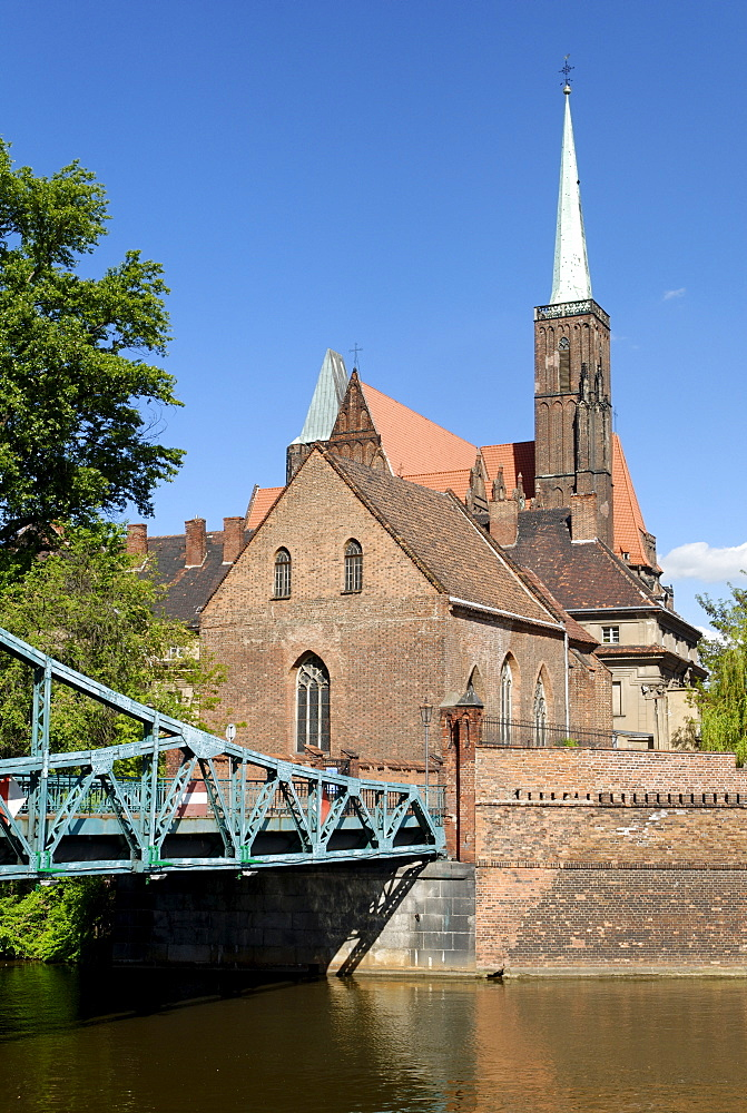 Tumski Bridge and Church of the Holy Cross on the river Oder, Wroclaw, Silesia, Poland, Europe