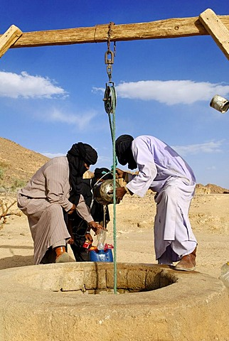 Tuareg people drawing water from a well, Wilaya Tamanrasset, Algeria, Sahara, North Africa