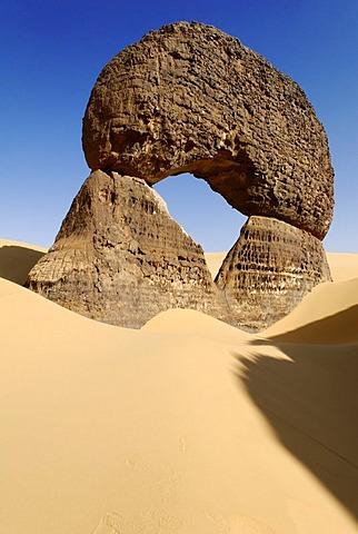 Rock arch in Tin Akachaker, Tassili du Hoggar, Wilaya Tamanrasset, Algeria, Sahara Desert, North Africa, Africa