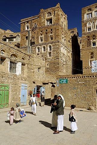 Yemenite men in the historic city centre of Thula, Yemen, Arabia, Arab peninsula, the Middle East