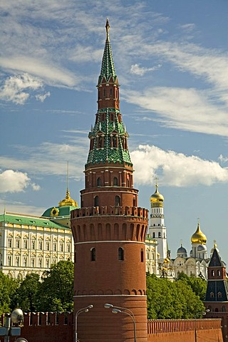 The Kreml Wall with Water raising Tower or Sviblov Tower and Archangel Michaels Cathedral, Moscow, Russia, East Europe, Europe