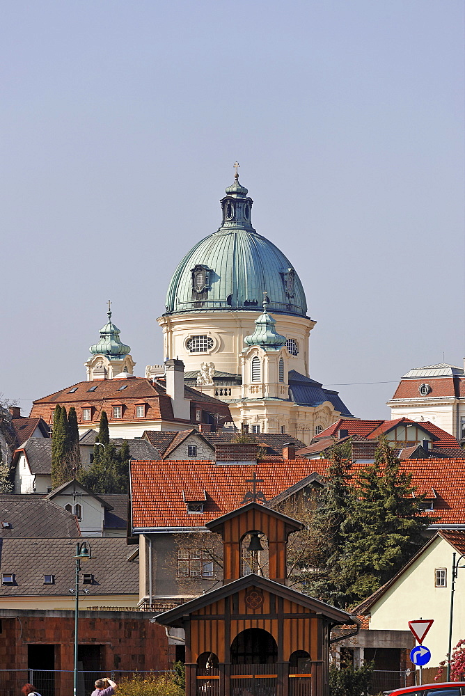 View of the Margaretenkirche (St. Margaret's Church) and the chapel at Hermannsplatz (Herman's Square) in the foreground, Berndorf, Triestingtal, Lower Austria, Austria, Europe