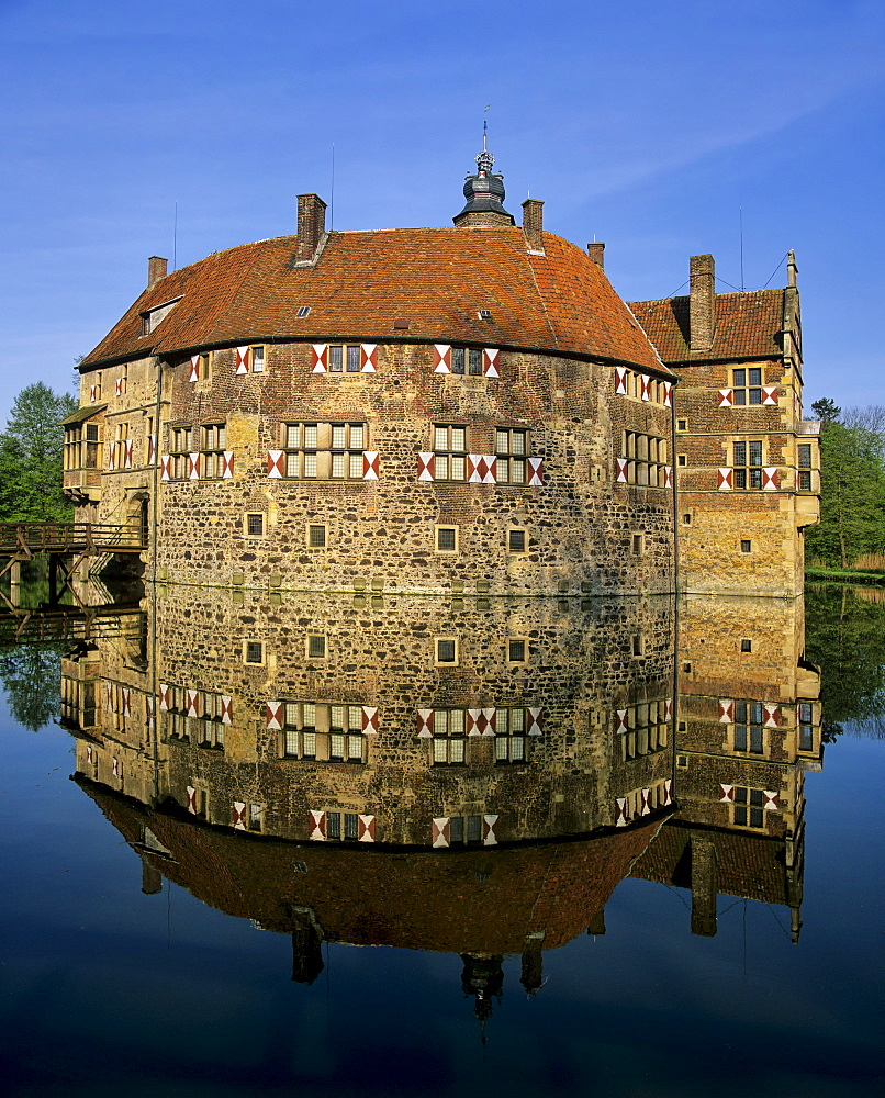Moated castle, Burg Vischering (Vischering Castle) near Luedinghausen, North Rhine-Westphalia, Germany, Europe