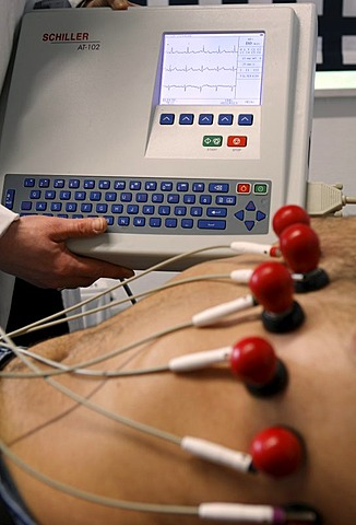 Setting up of an EKG during the foundation course in internal medicine at the Skills Lab of the medizinischen Fakultaet der Eberhard-Karls-Universitaet or Faculty of Medicine at the Eberhard-Karl University in Tuebingen, Baden-Wuerttemberg, Germany, Europ