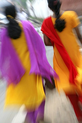 IND, India, Kerala, Trivandrum : Women with yellow saris and coloured scarfs.  