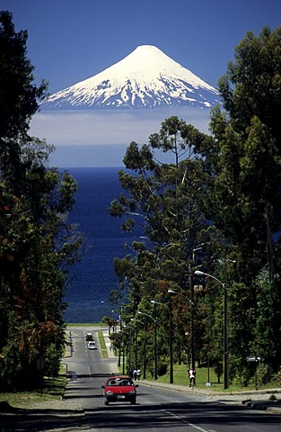 CHL, Chile: the volcano Osorno, Lake Llanquihue near Llanquihue.