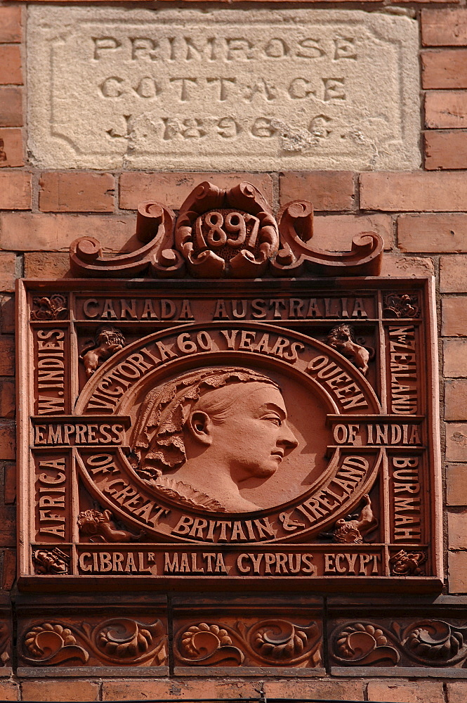 Plaque commemorating Queen Victoria's 60th birthday, house facade in Atherstone, Warwickshire, West Midlands, England, Europe