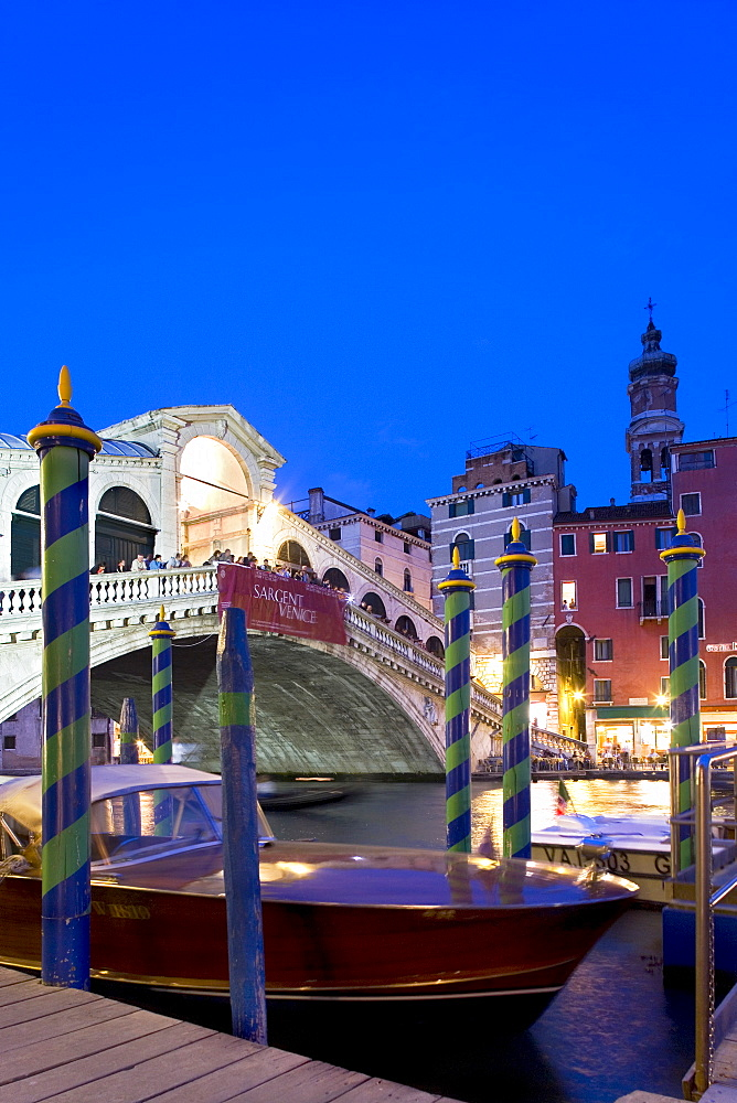 Boat in front of the Rialto Bridge, evening mood, Canal Grande, Venice, Veneto, Italy, Europe