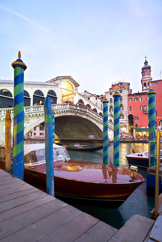 Boat in front of the Rialto Bridge, Canal Grande, Venice, Veneto, Italy, Europe
