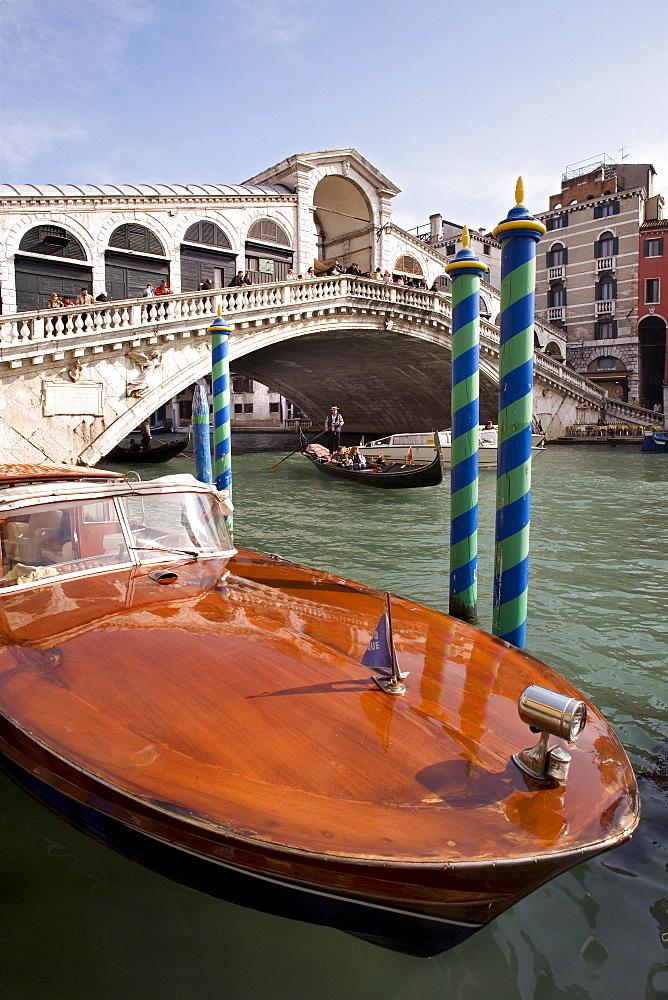 Boat in front of the Rialto Bridge, Venice, Veneto, Italy, Europe