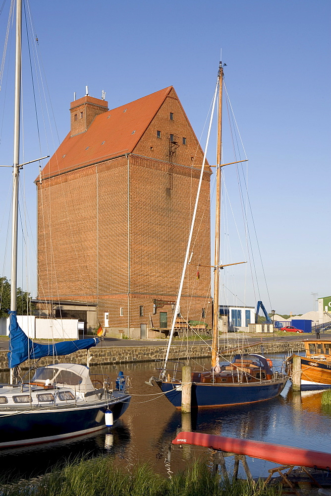 Warehouse on the harbour, boats, Baltic Sea, Mecklenburg-Western Pomerania, Germany, Europe