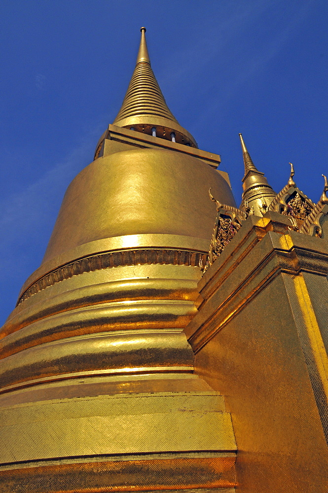 Golden Chedi (Phra Sri Ratana) in Wat Phra Kaeo Grand Palace (Temple of the Emerald Buddha), Bangkok, Thailand, Southeast Asia, Asia