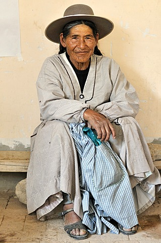 Old woman in traditional dress of the Quechua, Bolivian Altiplano highlands, Departamento Oruro, Bolivia, South America