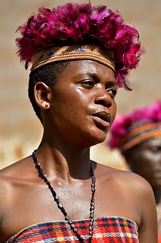 One of the wives of King Fon Abumbi II in traditional costume dancing, palace fo Bafut, one of the traditional kingdoms of Cameroon, near Bamenda, north west Cameroon, Central Africa, Africa