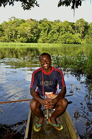 Tourist guide in a canoe on the Nyong river, near Yaoundé, Cameroon, Central Africa, Africa