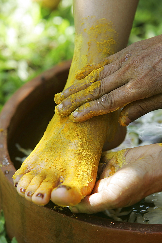 LKA, Sri Lanka : Siddhalepa Ayurveda Resort, Food massage, oiling, herb bath fot feet.