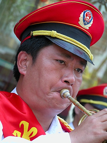 CHN, China, Shanghai: Marching band in the city center. - 832-370384