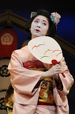 Miyako-Odori, Maiko dance by a Geisha candidate in spring, Gion District, Kyoto, Japan, Asia