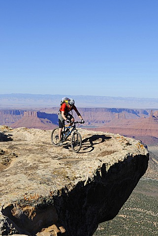 Mountain biker, Porcupine Rim Trail, Castle Valley, Moab, Utah, USA