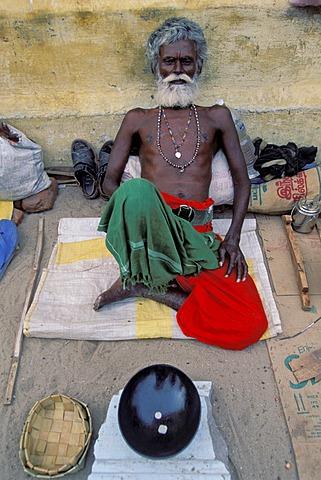 Sadhu with a white beard and a begging bowl, Ramanathaswami Temple, Rameshwaram or Ramesvaram, Tamil Nadu, South India, India, Asia