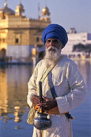 Devout Sikh with a blue turban at Amrit Sagar, Ocean of Nectar, Golden Temple, Amritsar, Punjab, North India, India, Asia