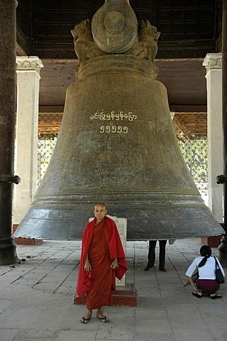 Buddhist monk in front of a big bell, Mingun near Mandalay, Birma, Burma, South Asia