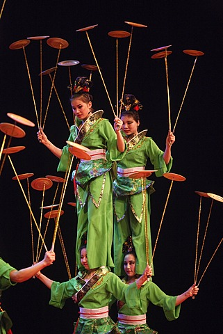 Chinese artists juggling dishes