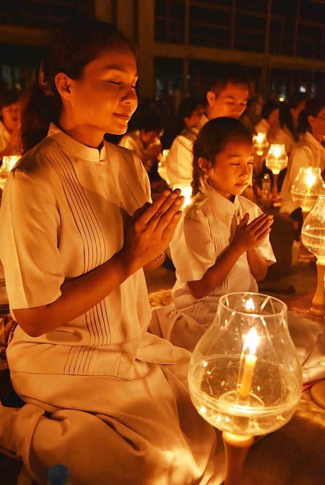 Young woman and child praying, candlelight, Wat Phra Dhammakaya temple, Bangkok, Thailand, Asia - 832-378696