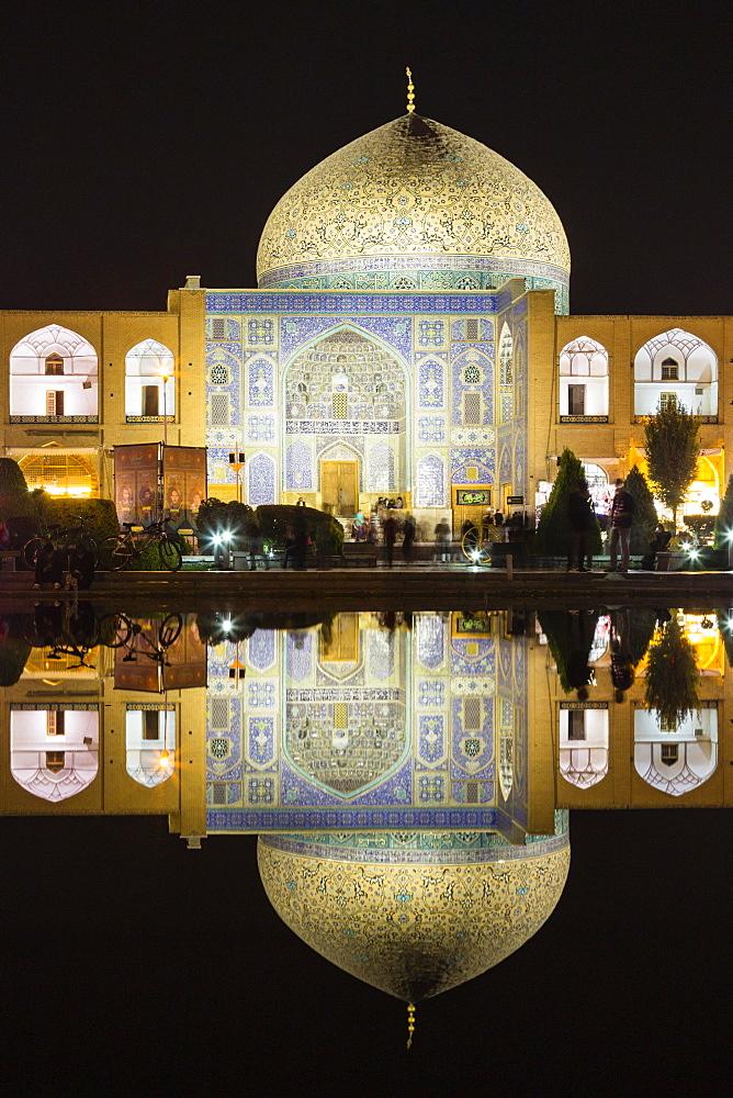 Masjed-e Sheikh Lotfollah or Sheikh Lotfollah Mosque at night, Naqsh-e Jahan or Imam Square, Esfahan, Iran, Asia